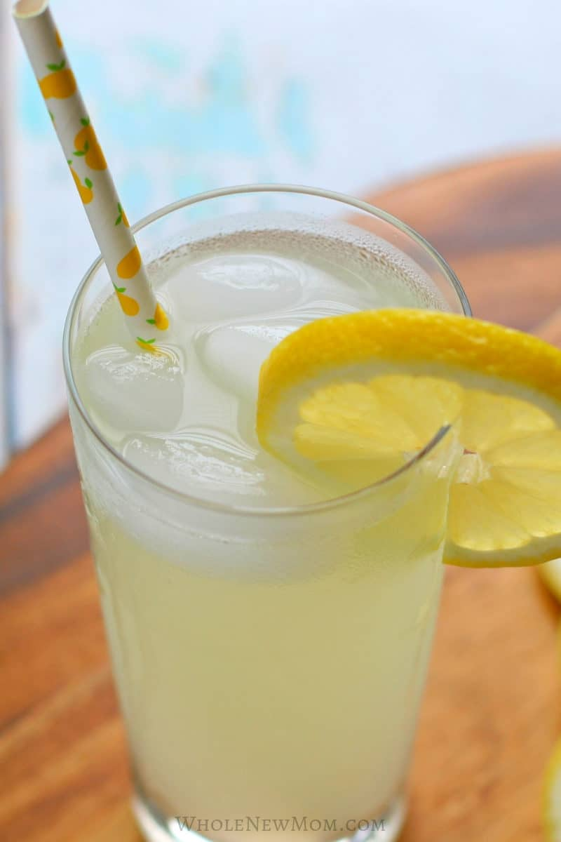 sugar-free lemonade in glass with lemon slice garnish