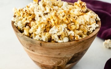 healthy kettle corn in wooden bowl