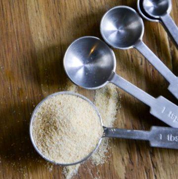 garlic powder in a measuring spoon